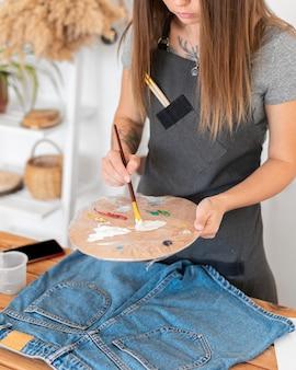 クローズアップの女性の混合塗料
