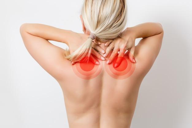 Закройте вверх. боли в мышцах женщины. она соприкасается с болью и страдает от хронической боли в шее от тяжелой работы. изолированные на белом фоне. концепция офисного синдрома.