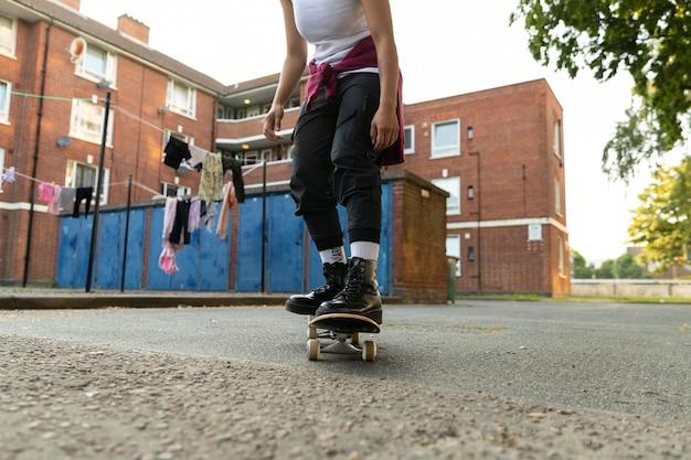 スケートボードで女性をクローズアップ