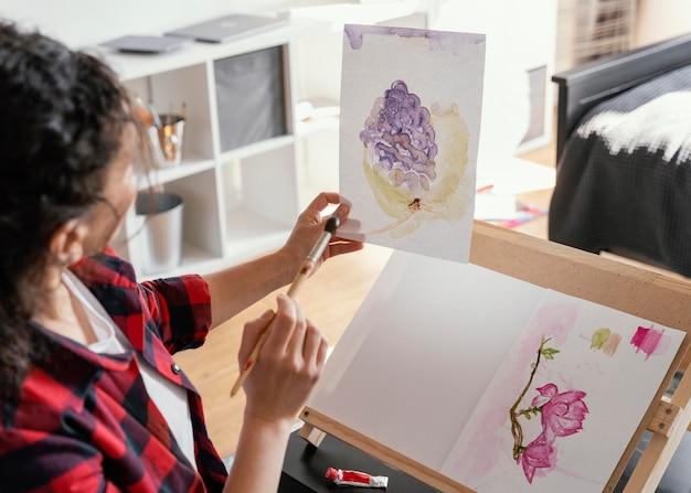 自宅で絵を描く女性をクローズアップ