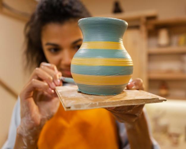 土鍋を描く女性をクローズアップ