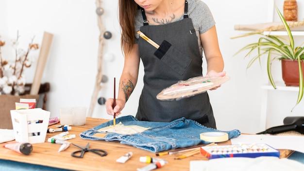 Pittura della donna del primo piano sulla tasca