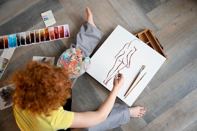 Primo piano donna che dipinge vista dall'alto