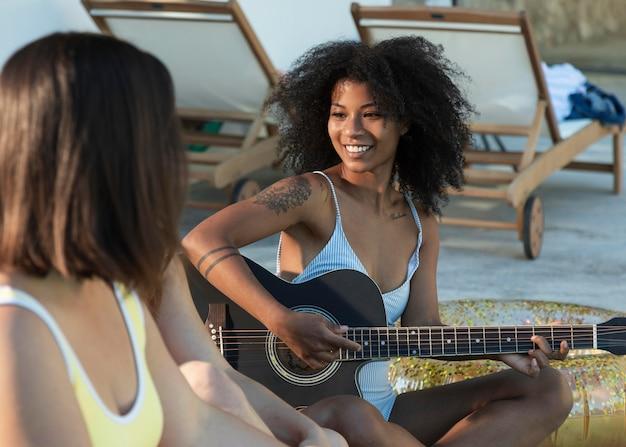 ギターを弾く女性をクローズアップ