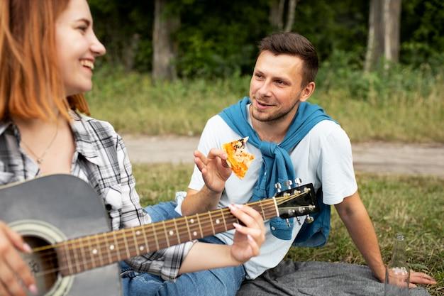 Крупным планом женщина играет на гитаре