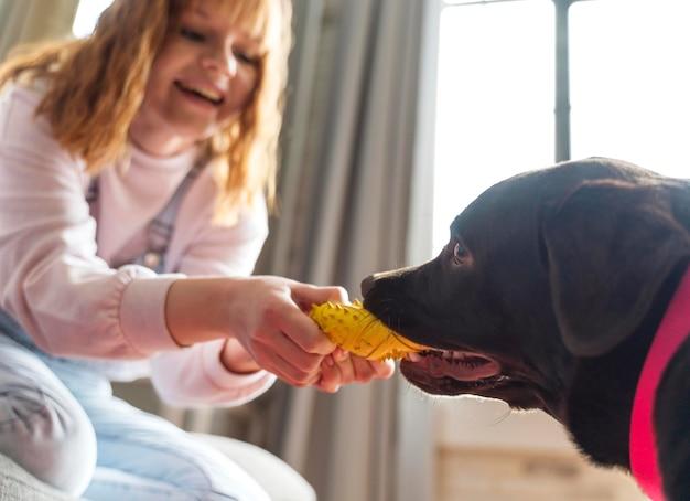 犬と遊ぶ女性をクローズアップ