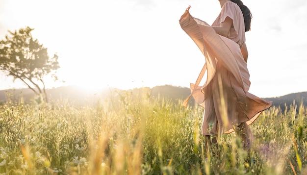 自然の中でポーズをとる女性をクローズアップ