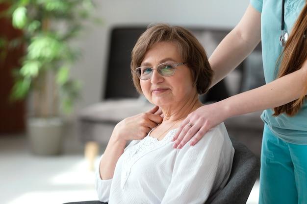 Крупным планом женщина позирует на стуле