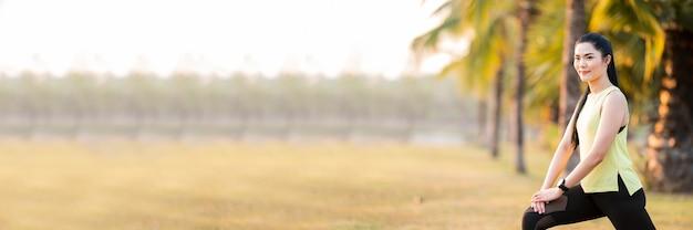 朝の公園でヨガをやってヨガを練習している女性をクローズアップ