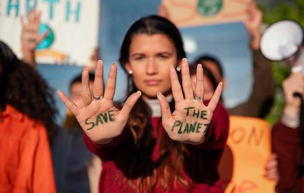 Close up donna in segno di protesta