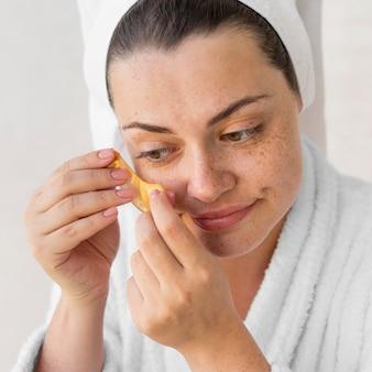 Крупным планом женщина надевает повязку на глаз