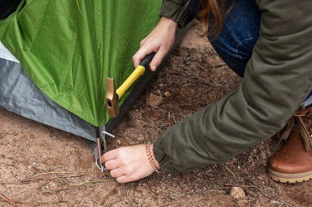 Крупным планом женщина ставит палатку
