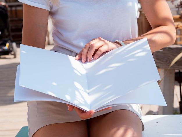 모형 잡지를 읽고 근접 여자
