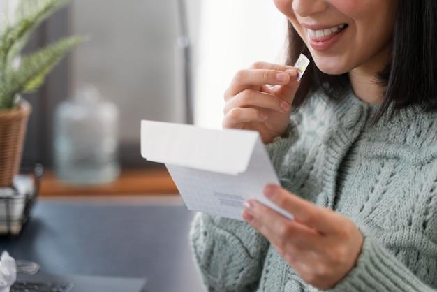 メールを読んでいる女性をクローズアップ