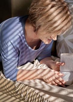 소파에 독서하는 여자를 닫습니다