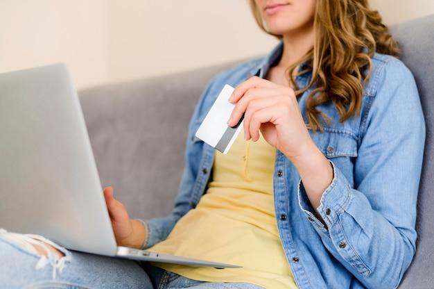 オンライン製品を購入する準備ができているクローズアップの女性