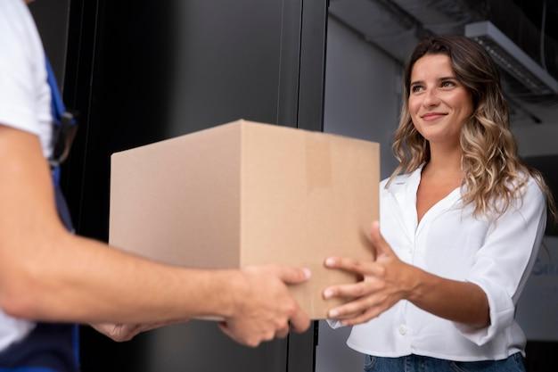 Primo piano donna che riceve pacco