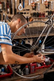 Primo piano donna che ripara la bicicletta