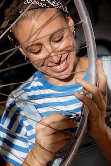 Крупным планом женщина, ремонтирующая велосипед