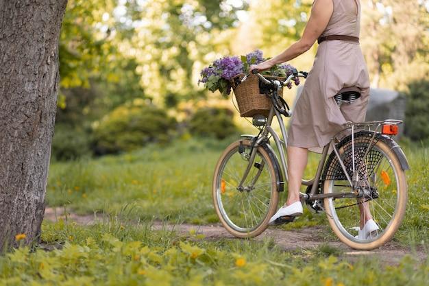 Крупным планом женщина езда на велосипеде