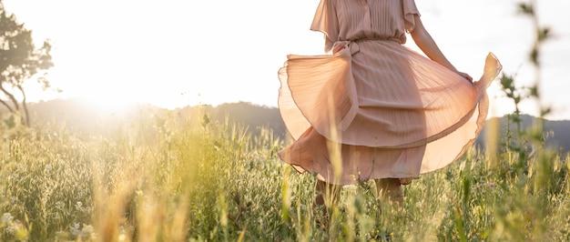 自然の中で走っている女性をクローズアップ