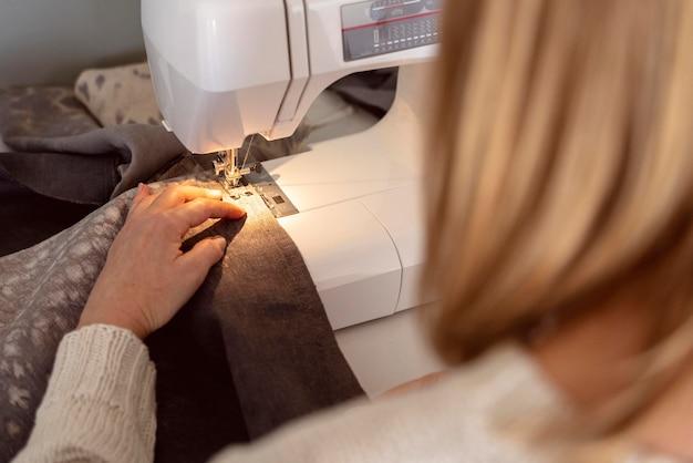 흰색 재봉틀에 바느질 클로즈업 여자