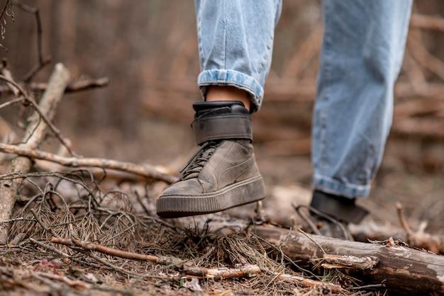 冒険のためのクローズアップの女性靴