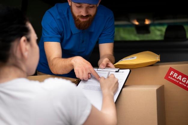 Крупным планом женщина подписывает пакет