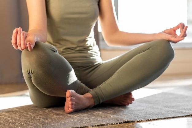 Крупным планом женщина, сидящая на полу