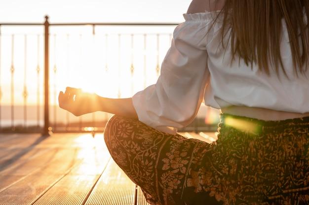 Крупным планом женщина, сидящая на открытом воздухе