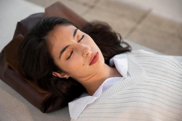 Крупным планом женщина спит на мешке
