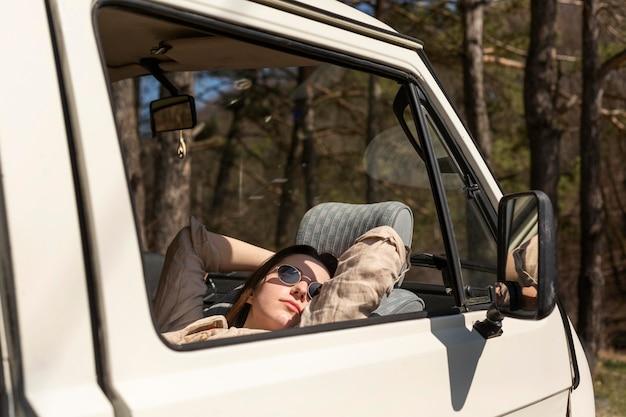 Chiuda sulla donna che dorme nel furgone