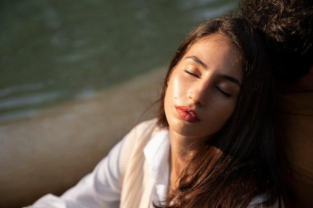 Крупным планом спящая женщина