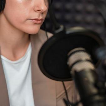 Женщина крупным планом, выступая по радио