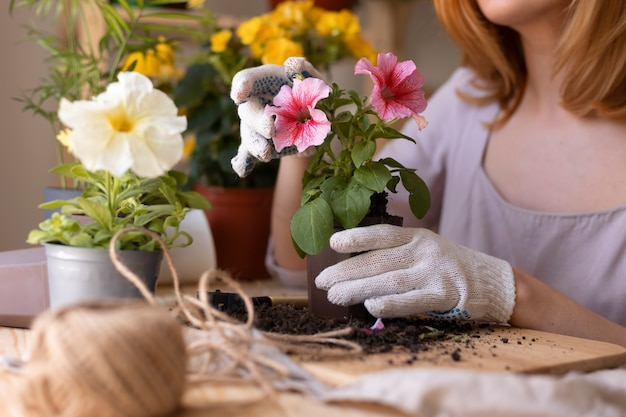 식물을 돌보는 여자를 닫습니다