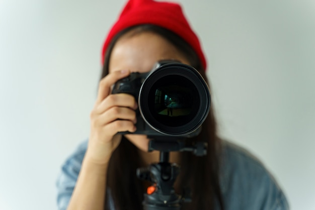 Donna del primo piano che prende foto