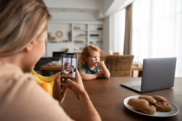 子供の写真を撮る女性をクローズアップ