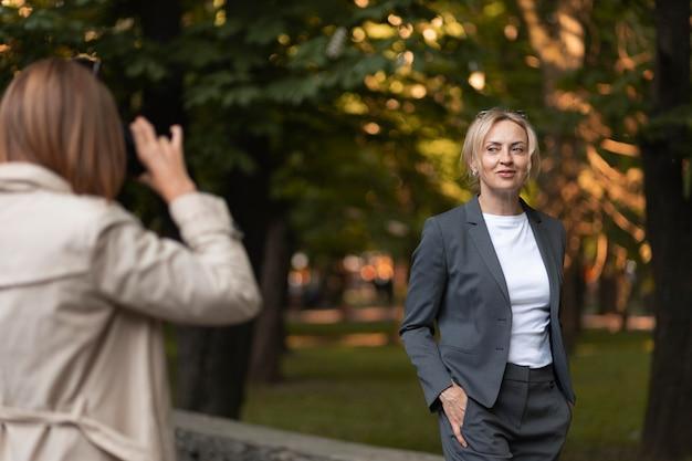 屋外で写真を撮る女性をクローズアップ