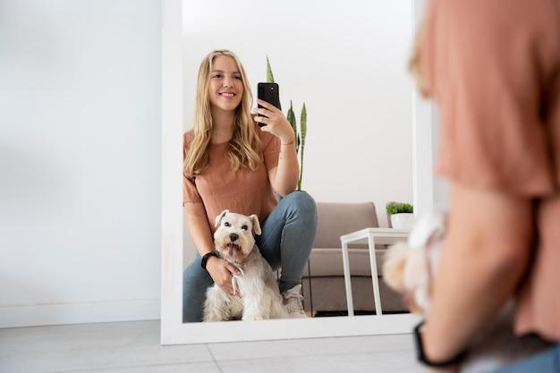 犬と一緒に写真を撮る女性をクローズアップ