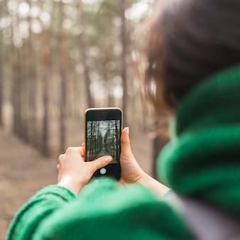 写真を撮るクローズアップ女性 無料写真