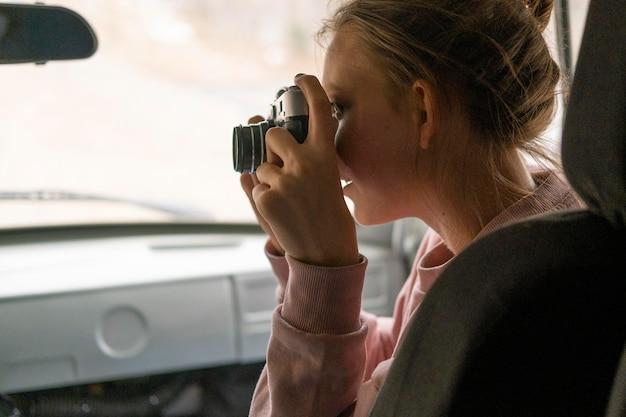 写真を撮っている女性をクローズアップ