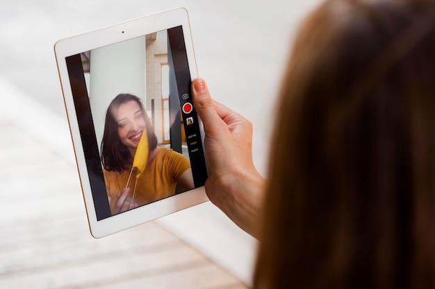 Крупным планом женщина принимает selfie с маской