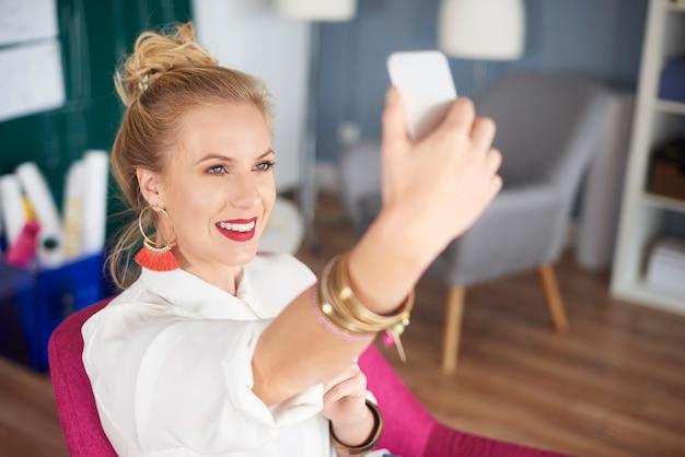 Primo piano di una donna che si fa selfie
