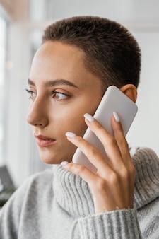 電話で話しているクローズアップの女性