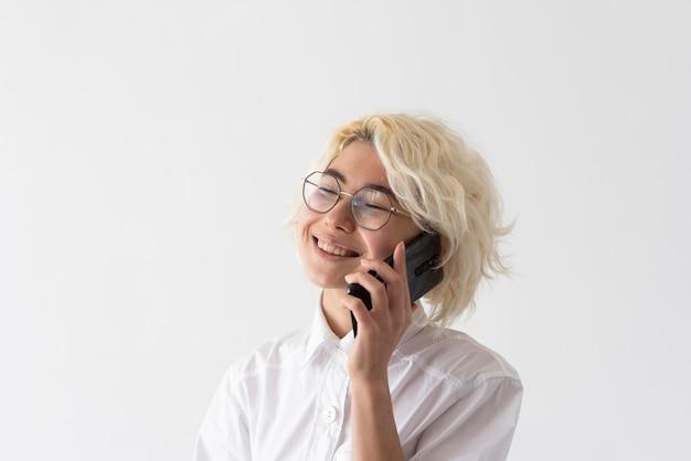 電話で話している女性をクローズアップ