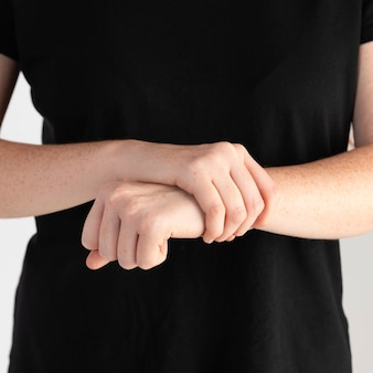 手話を教えるクローズアップの女性