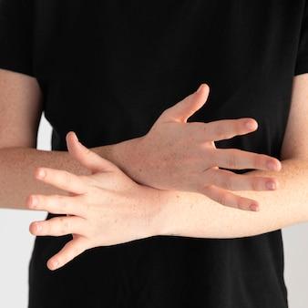 Donna del primo piano che insegna la lingua dei segni