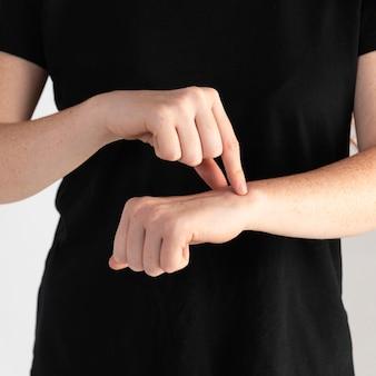 Крупным планом женщина преподает язык жестов