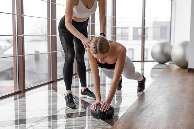 屋内でトレーニングしている女性をクローズアップ