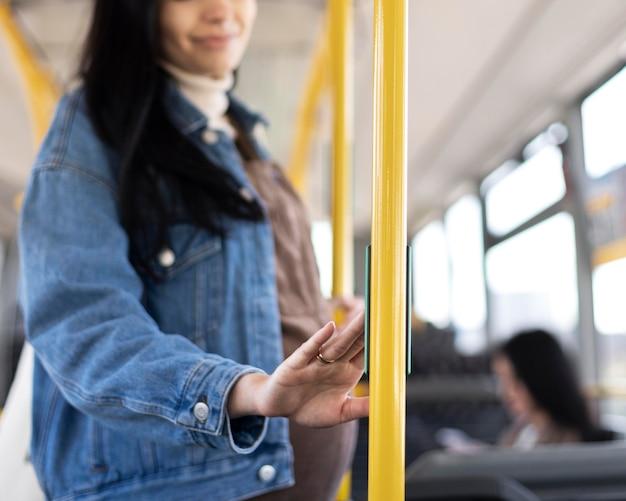バスで旅行する女性を閉じる
